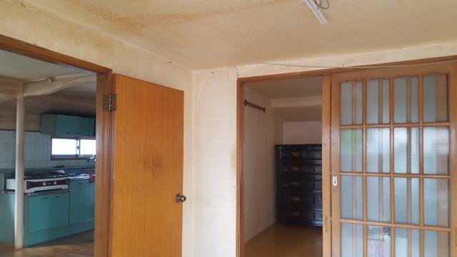 시골집리모델링 하기전 본채 거실에서 바라본 안방과 주방인데 칸막이가 막혀져 있는 주방 벽체를 철거를 하여 거실과 주방으로 넓은 공간으로 꾸밀 계획입니다