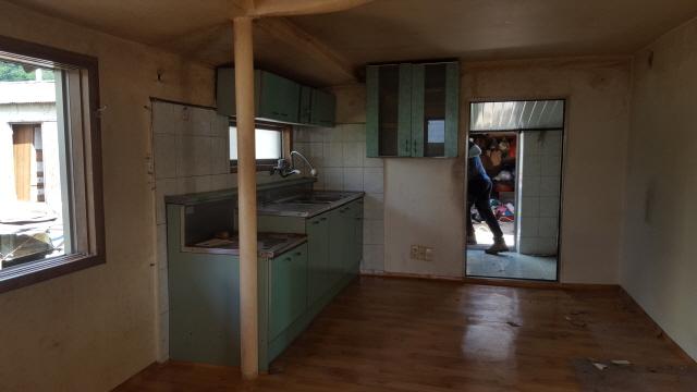 시골집개조 하기전 주방의 모습인데 씽크대도 오래되어 불편하여 새로 설치를 할것이며 단열에 중점을 두기 위한 일환으로 이중창도 교체를 할것입니다.