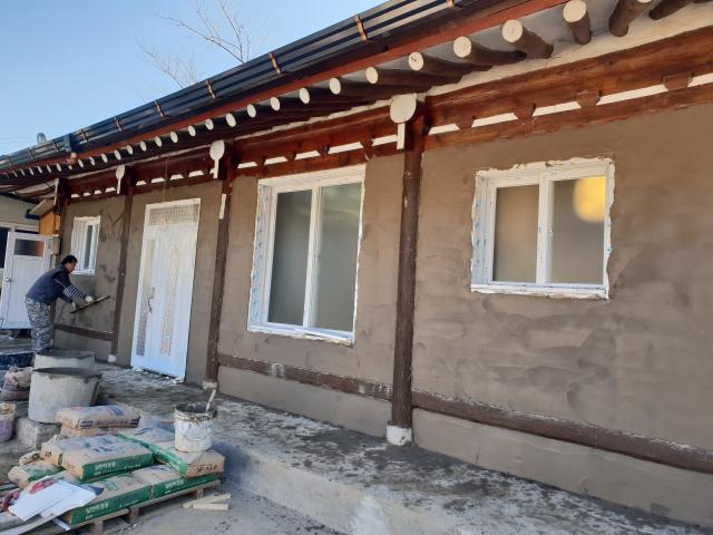 마감을 위한 미장작업도 챙겨야 하고 건물이 전체적으로 완성되었을때 한옥에 조화미 까지 염두해야 한다.
