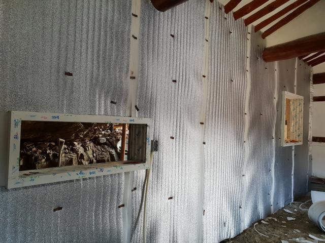 벽체를 새로 세우고 겨울철 추위를 막기 위하여 단열작업도 2번에 걸쳐서 해야하는 이유이다.
