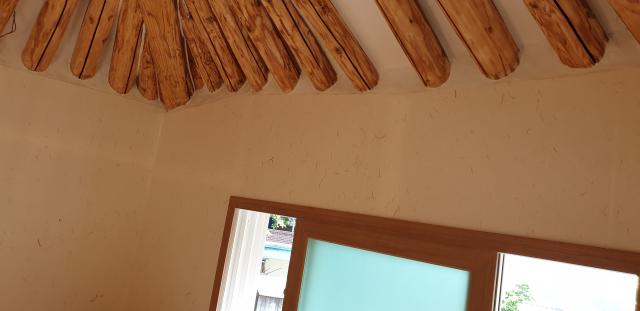 비록 작은 정자지만 전통방식으로 지어진 한옥은 목재의 굵기와 목재의 상태로 보아 비교적 잘 지어진 한옥이다. 묵은떼를 일일이 벗겨내고 서까래 사이들을 새롭게 마감하는 작업은 많은 시간과 땀이 필요한 부분이기도 하다