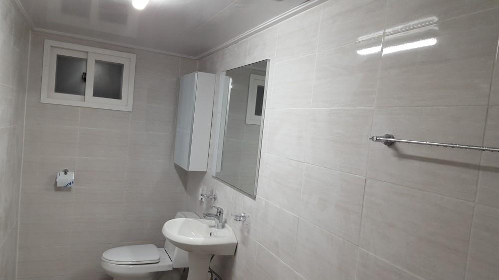 가족분들이 편안하게 사용될 수세식 욕실이 설치되었다