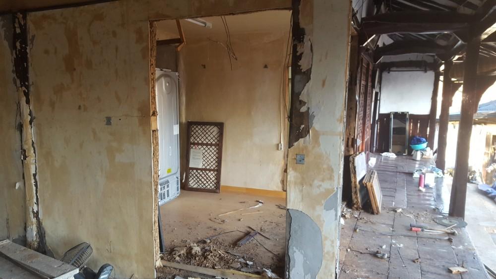 출입문을 새로 내어 안방으로 바로 사용가능하도록 문을 설치하기 위하여 캇팅작업도 완료